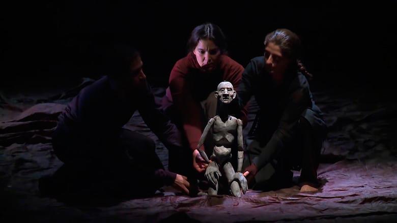 Trois acteurs autour d'une marionnette